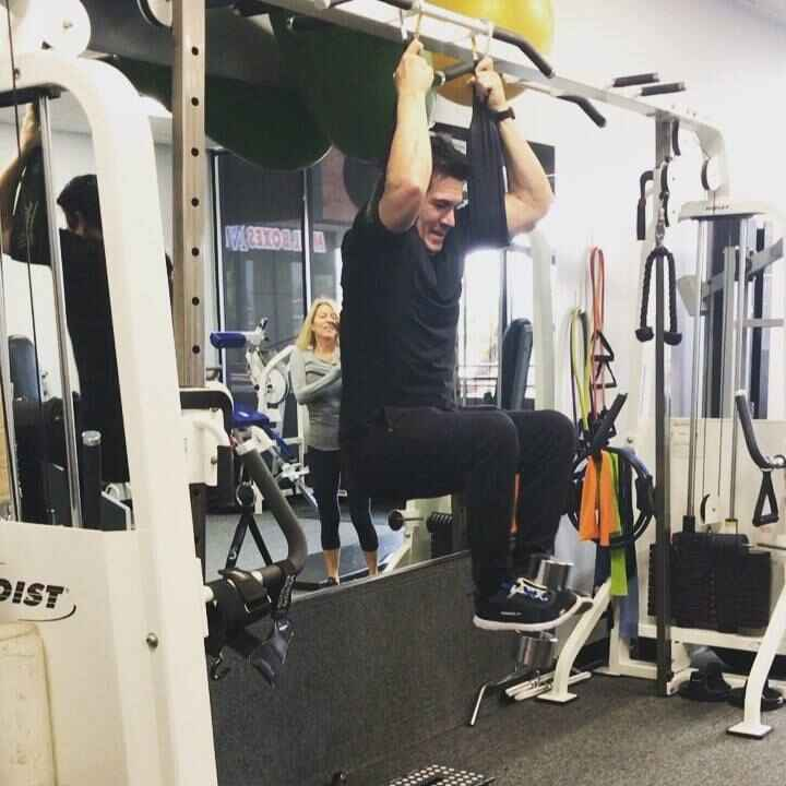 Static hanging knee raise for 1:11 min with a 25 lbs dumbbell #loveit #greatabs #sixpack #sexyabs #goals #motivation #gr...