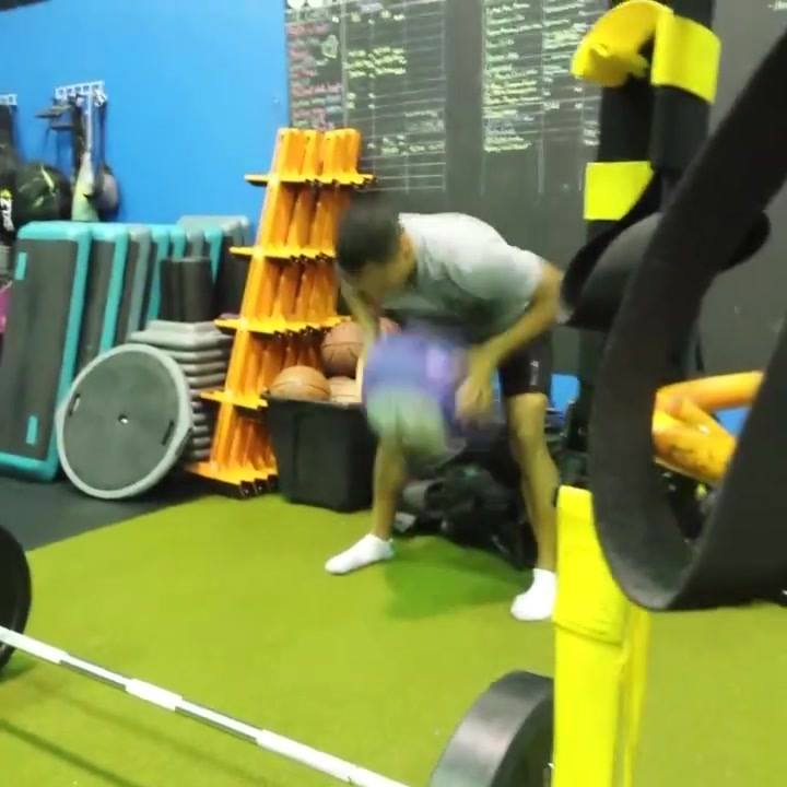 We love using @dynamaxusa balls at the Activlab! Here's a little warmup we did before Deadlifts today.